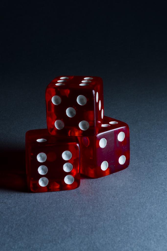 Sic bo (骰 寶), también conocido como tai sai (大 細), dai siu (大小), grande y pequeño o alto , es un juego de azar desigual de origen chino antiguo que se juega con tres dados .