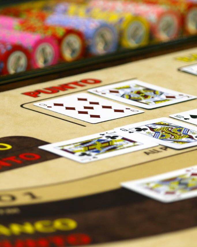 El bacará, baccarat o bacarrá en España, es un juego de cartas francesas común en los casinos, y ahora lo puedes jugar online