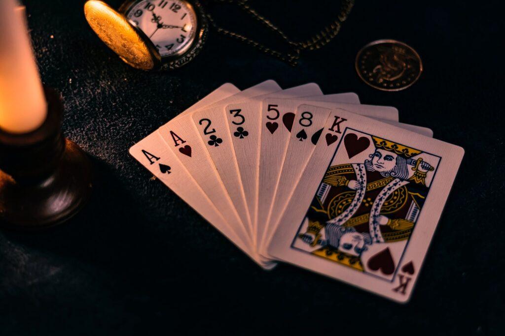 El video póker es uno de los juegos que con seguridad usted va a encontrar en los casinos en línea más populares. El póker en todas sus modalidades es sin duda uno de los juegos de azar preferidos por los usuarios en Latinoamérica y en el mundo.