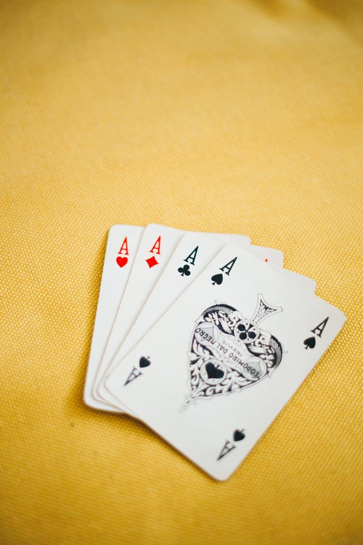 Video Póker Casino Online se volvió comercialmente viable por primera vez cuando se volvió económico combinar un monitor similar a un televisor con una unidad central de procesamiento de estado sólido .