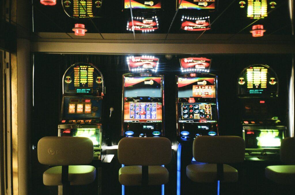El video póker es uno de los juegos de casino en el que la habilidad del jugador puede poner a favor las probabilidades de ganarle a la casa y obtener un reembolso de su dinero.