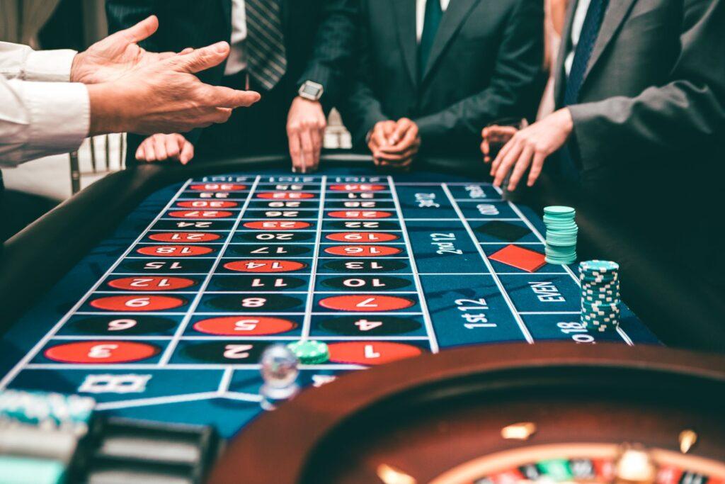 Todos los juegos de casino on line, tienen proveedores de programas o softwares para los juegos y clientes.