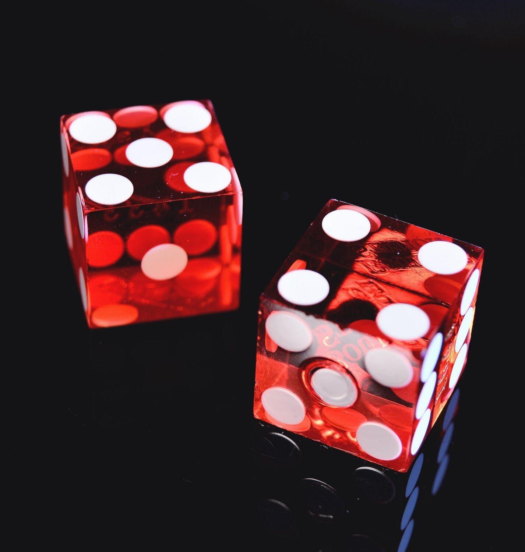Craps online dados en línea, es un juego de azar que consiste en realizar distintas apuestas al resultado que se obtendrá al lanzar dos dados en el tiro siguiente o en toda una ronda. Aunque el juego es especialmente famoso en la mayoría de casinos alrededor del mundo en una modalidad en la que se apuesta contra «la casa» o «banca», existen otras versiones en las que los jugadores apuestan unos contra otros, como en el caso del craps callejero.